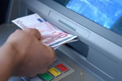 dreiste Bankgebühr: Entgelt für Bargeldabhebung am Automaten