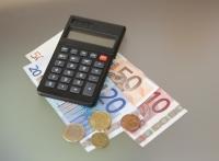 Mit einem Preis-Leistungs-Vergleich kann man bei der Hausratversicherung eine Menge Geld sparen.