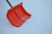 Für Eigentümer bzw. Mieter besteht die Schneeräumpflicht auf Wegen vor und zum Grundstück.