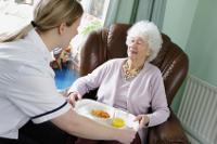 Die Zahl der Pflegebedürftigen steigt. Eine private Pflegezusatzversicherung schließt die Versorgungslücke der gesetzlichen Kassen.