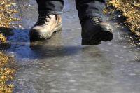 Bei einem Sturz auf Glatteis kann man sich schwer verletzen. Finanziellen Schutz bietet eine Unfallversicherung.
