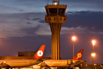 Turkish Airlines Maschinen vor einem Tower am Flughafen Atatürk in Istanbul