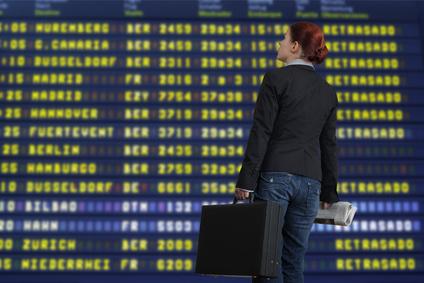 Reisende vor Anzeigetafel Flughafen