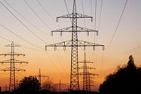 Strommasten über Hochspannungsleitungen verbunden