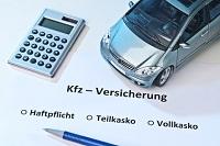 Auto mit Taschenrechner und Geldscheinen