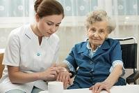 Pflegerin mit Bewohnerin eines Pflegeheims