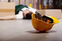 Mann liegt auf Boden mit Helm daneben