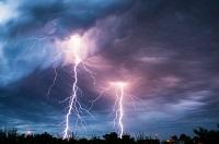 Zwei Blitze schlagen auf die Erde ein.