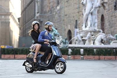 Dolce Vita mit und auf dem Roller. Foto: Piaggio