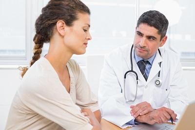 Patientin im Gespräch mit einem Arzt