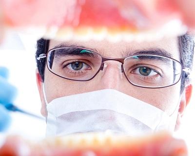 Zahnarzt begutachtet Gebiss