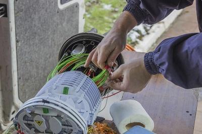 Ein Techniker verlegt Glasfaserkabel für einen schnellen Breitband-Internetanschluss