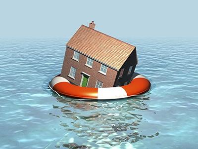 Haus im Wasser mit Rettungsring