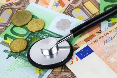 Stethoskop mit Euro-Scheinen und Münzen