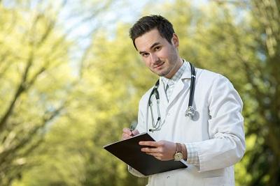 Landarzt mit Klemmbrett