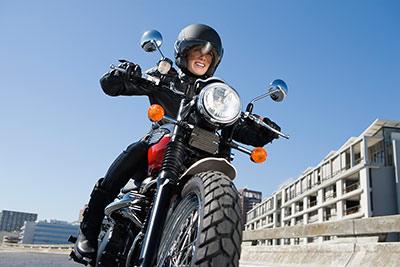 Frau fährt auf Motorrad