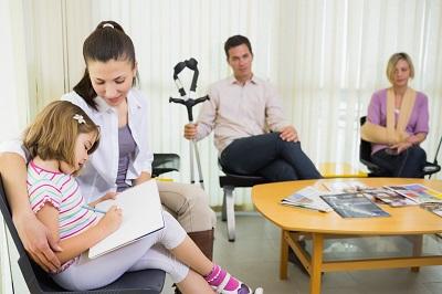 Patienten im Wartezimmer beim Arzt