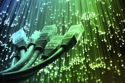 LAN-Kabel und Glasfaser