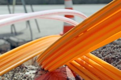Straße mit Glasfaserkabeln