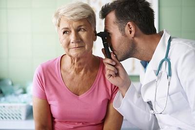 Ältere Patientin beim HNO-Arzt