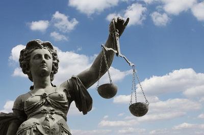 Justitia Statue blauer Himmel