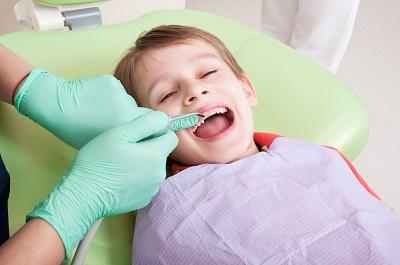 Junge beim Zahnarzt in Behandlung