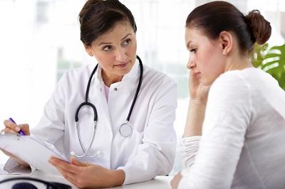 Ärztin mit Patientin im Gespräch