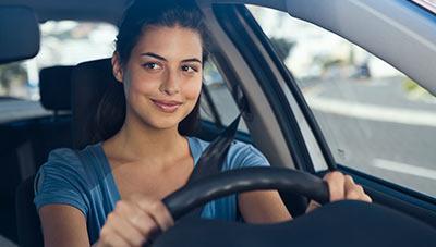 Wer risikoarm Auto fährt, zahlt bei Telematiktarifen weniger.