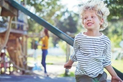 Ein Junge spielt in der Kita.