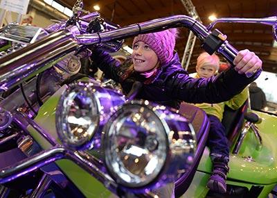 Auch kleine Besucher dürfen auf der Messe auf die heißen Öfen. Foto: Motorradwelt Bodensee