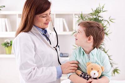 Ärztin-kleiner-Junge