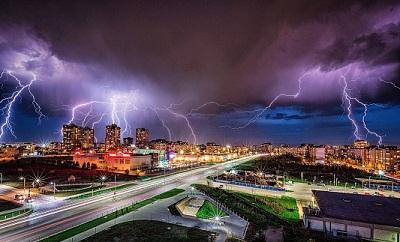 Blitz bei Nacht in Stadt