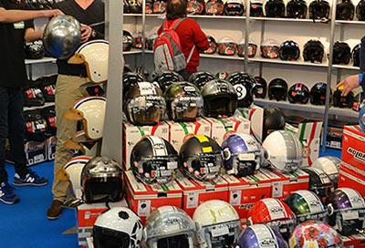 Safty first: Helme in allen Farben und Varianten gibt es auf der Imot in München. Foto: Imot