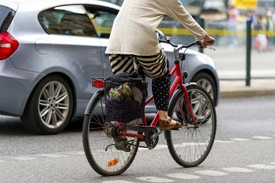 Fahrrad und Auto auf Straße