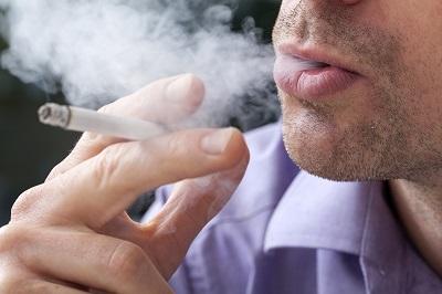 Raucher: Gesicht mit Zigarette