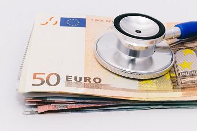 Stethoskop mit Geldscheinen