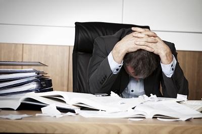Gestresster Angestellter am Schreibtisch