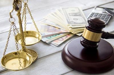 Richterhammer mit Geldscheinen und Waage