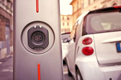 Lademöglichkeiten für Elektroautos soll es auch zu Hause geben.