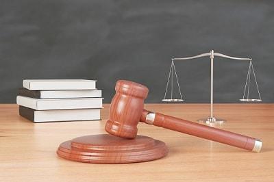 Richterhammer, Waage und Gesetzesbücher