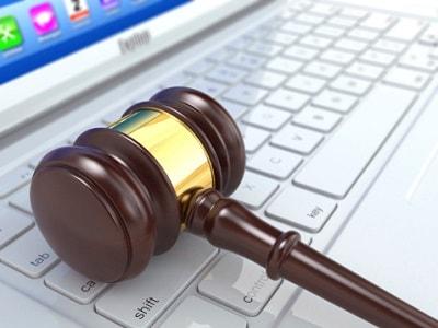 Richterhammer liegt auf Laptoptastatur
