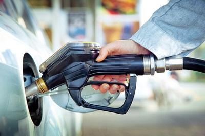 Der niedrige Benzinpreis freut die Autofahrer - doch die Konzerne leiden unter dem Ölpreisverfall.