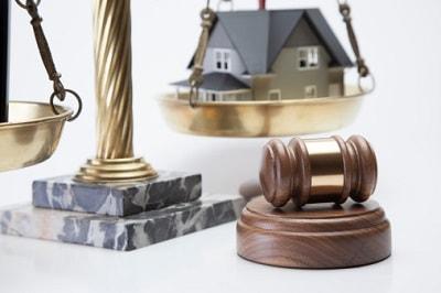 Richterhammer, Waage und Haus
