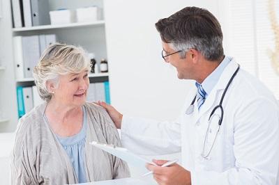 Ältere-Patientin-Arzt
