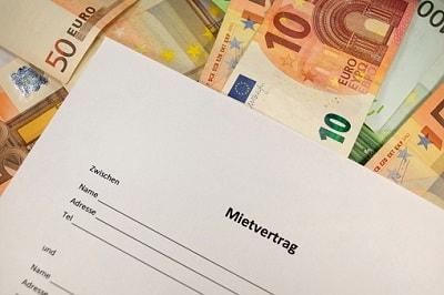 Mietvertrag auf Geldscheinen