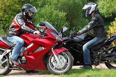 Motorradfahrer wollen sich auch während der Fahrt unterhalten.