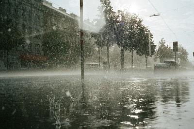 Straße wird von Starkregen überflutet