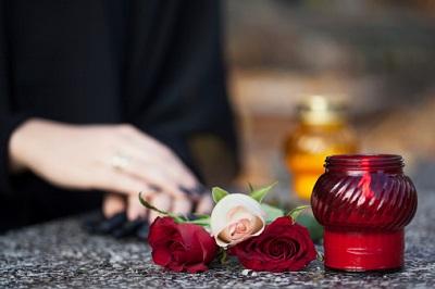 Trauer-Hände-Blumen-Kerze