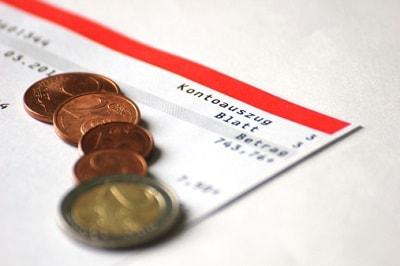 Kontoauszüge und Münzen