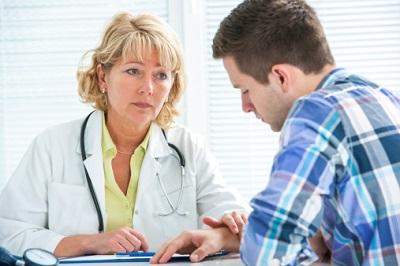 Ärztin-jüngerer-Patient